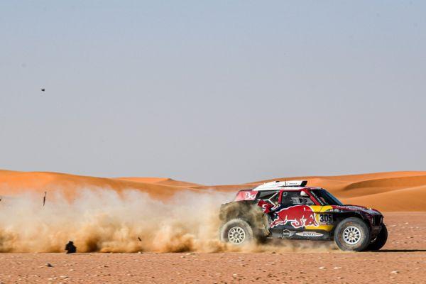 305 Sainz Carlos (esp), Cruz Lucas (esp), Mini John Cooper Works Buggy, Bahrain JCW X-Raid Team, Car, action, puncture during Stage 9 of the Dakar 2020 between Wadi Al-Dawasir and Haradh, 891 km - SS 415 km, in Saudi Arabia, on January 14, 2020. PHOTO | AFP