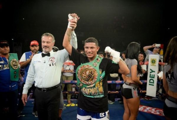 Mexico's Miguel Angel Berchelt (R) celebrates his win over Argentinas´ Jonathan Victor Barros (out of frame) in their WBC world super featherweight title boxing bout in Merida, Yucatan state, Mexico, on June 23, 2018. PHOTO/AFP