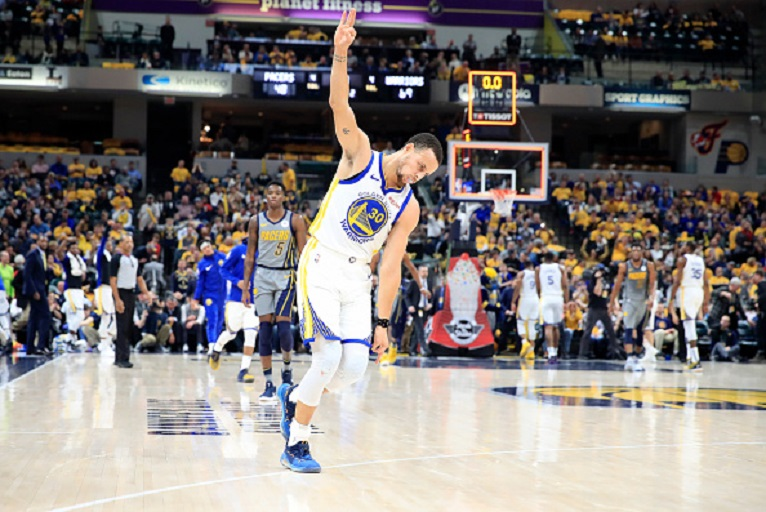 Stephen Curry #30 of the Golden State Warriors celebrates after making a basket to end the first half against the Indiana Pacers at Bankers Life Fieldhouse on January 28, 2019 in Indianapolis, Indiana. PHOTO/GETTY IMAGES
