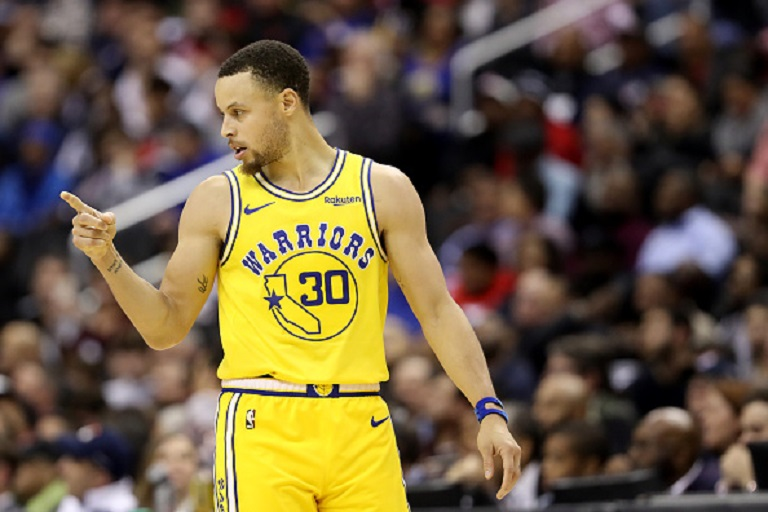 Stephen Curry #30 of the Golden State Warriors celebrates after the Warriors scored against the Washington Wizards in the second half at Capital One Arena on January 24, 2019 in Washington, DC.PHOTO/GETTY IMAGES