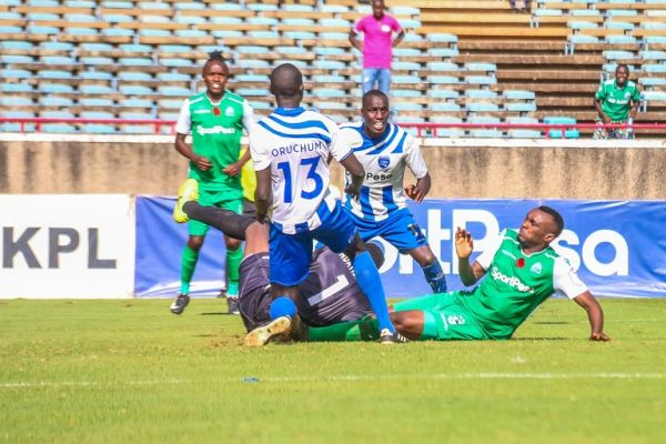 AFC Leopards SC goal keeper Eric Ndayishimiye and Gor Mahia FC striker, Jacques Tuyisenge (right) come together during the 85th Mashemeji Derby at MISC Kasarani on February 8, 2019 his defenders pay close attention. PHOTO/SPN