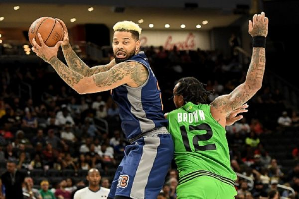 Andre Emmett #2 of 3's Company handles the ball while being guarded by Shannon Brown #12 of the Aliens in the first half during BIG3 - Week Seven at Fiserv Forum on August 04, 2019 in Milwaukee, Wisconsin. PHOTO/ GETTY IMAGES