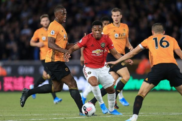 Anthony Martial of Man Utd battles with Willy Boly of Wolves (L) during the Premier League match between Wolverhampton Wanderers and Manchester United at Molineux on August 19, 2019 in Wolverhampton, United Kingdom.PHOTO/ GETTY IMAGES