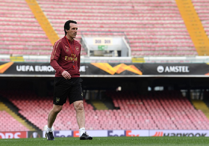 Arsenal Head Coach Unai Emery checks the pitch before the Press Conference at Stadio San Paolo on April 17, 2019 in Naples, Italy.PHOTO/GETTY IMAGES