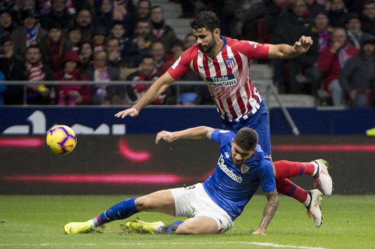 Athletic Bilbao's defender Unai Nunez Gestoso challenges Atletico Madrid's Spanish forward Diego Costa (R) during the Spanish league football match between Club Atletico de Madrid and Athletic Club Bilbao at the Wanda Metropolitano stadium in Madrid on November 10, 2018.PHOTO/ AFP