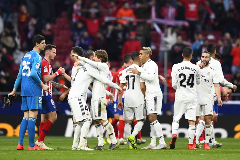 Atletico Madrid's players congratulate Real Madrid's players at the end of the Spanish league football match between Club Atletico de Madrid and Real Madrid CF at the Wanda Metropolitano stadium in Madrid on February 9, 2019. PHOTO/AFP