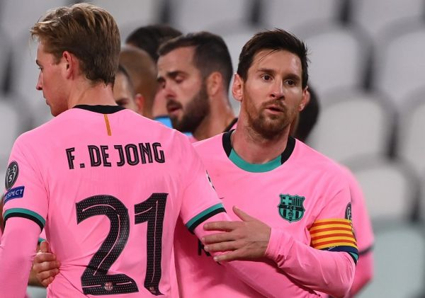 Barcelona's Argentine forward Lionel Messi (R) and de Barcelona's Dutch midfielder Frenkie De Jong congratulates after the UEFA Champions League Group G football match between Juventus and Barcelona on October 28, 2020 at the Juventus stadium in Turin. PHOTO \ AFP