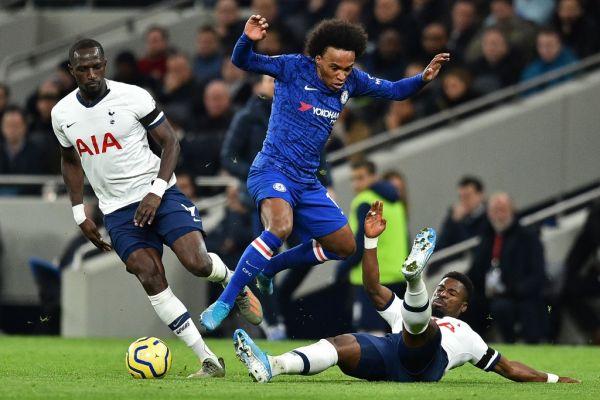 Chelsea's Brazilian midfielder Willian (C) vies with Tottenham Hotspur's Ivorian defender Serge Aurier (R) during the English Premier League football match between Tottenham Hotspur and Chelsea at Tottenham Hotspur Stadium in London, on December 22, 2019. PHOTO   AFP