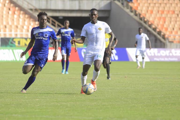 CLOSE CONTROL: Kariobangi Sharks FC striker, Duke Abuya (right) in action against Mbao FC in the second 2019 SportPesa Cup semi final at the Main National Stadium, Dar-es-Salaam, Tanzania on January 25, 2019. PHOTO/SPN