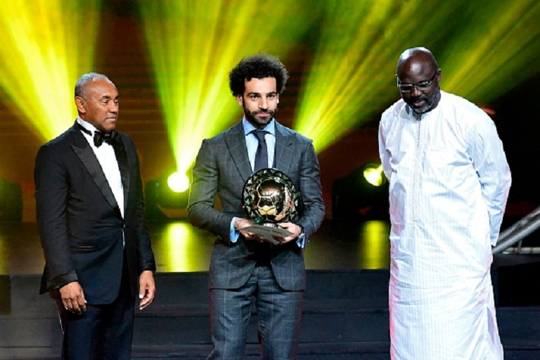Confederation of African Football (CAF) President Ahmad Ahmad (L) poses after he handovered the 2018 African Footballer of the Year Award also called Ballon d'Or to Liverpool's Egyptian forward Mohamed Salah (C) past Liberian President George Weah during an award ceremony in dakar on January 8, 2019.PHOTO/GETTY IMAGES