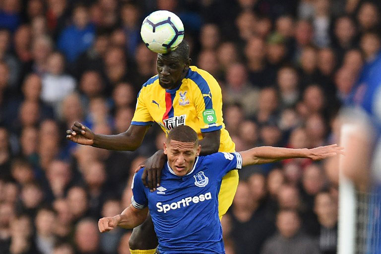 Crystal Palace's French midfielder Mamadou Sakho wins a header from Everton's Brazilian striker Richarlison during the English Premier League football match between Everton and Crystal Palace at Goodison Park in Liverpool, north west England on October 21, 2018. PHOTO/AFP