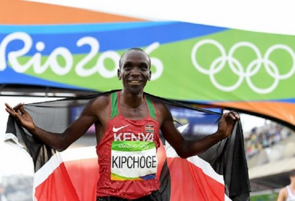 Eliud Kipchoge of Kenya celebrates winning the gold medal in the Men's Marathon on Day 16 of the Rio 2016 Olympic Games at Sambodromo on August 21, 2016 in Rio de Janeiro, Brazil. PHOTO/ GETTY IMAGES