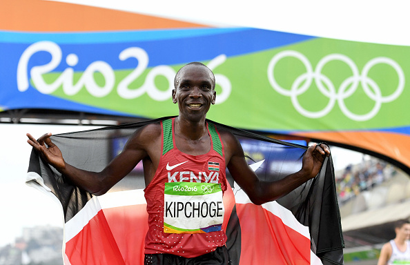Eliud Kipchoge of Kenya celebrates winning the gold medal in the Men's Marathon on Day 16 of the Rio 2016 Olympic Games at Sambodromo on August 21, 2016 in Rio de Janeiro, Brazil.PHOTO/GETTY IMAGES