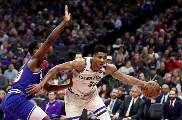 Giannis Antetokounmpo #34 of the Milwaukee Bucks drives on Harrison Barnes #40 of the Sacramento Kings at Golden 1 Center on January 10, 2020 in Sacramento, California. PHOTO \ AFP