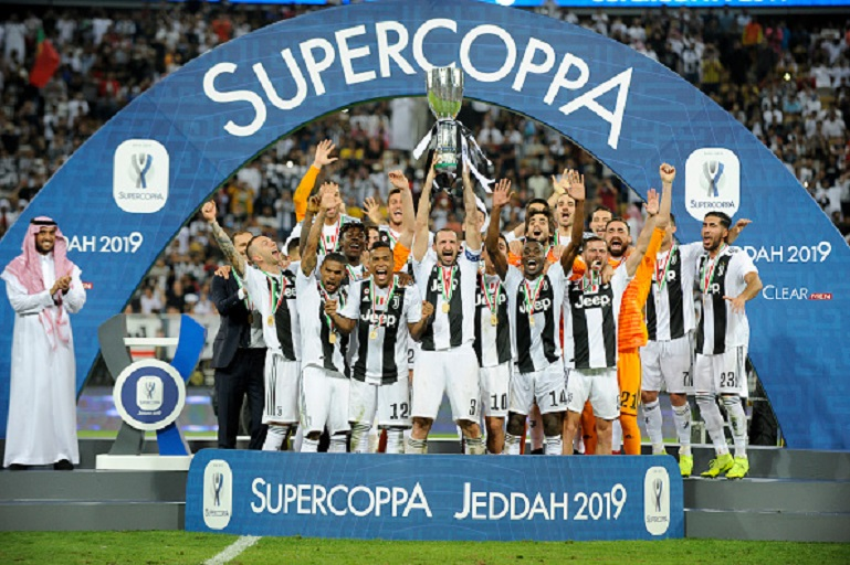 Giorgio Chiellini of Juventus lifts the trophy after winning thethe Italian Supercup match between Juventus and AC Milan at King Abdullah Sports City on January 16, 2019 in Jeddah, Saudi Arabia. PHOTO/GETTY IMAGES