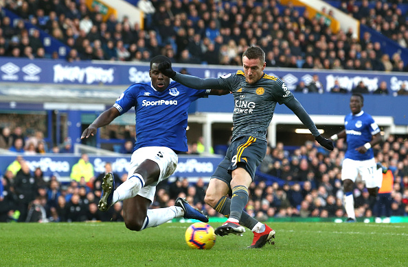 Jamie Vardy of Leicester City scores his sides first goal under pressure from Kurt Zouma of Everton during the Premier League match between Everton FC and Leicester City at Goodison Park on January 1, 2019 in Liverpool, United Kingdom. PHOTO/GettyImages