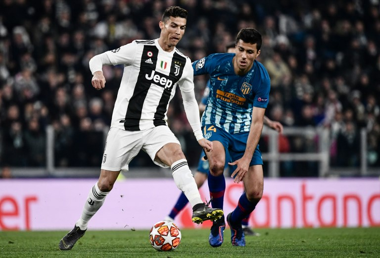 Juventus' Portuguese forward Cristiano Ronaldo (L) outruns Atletico Madrid's Spanish midfielder Rodrigo Hernandez during the UEFA Champions League round of 16 second-leg football match Juventus vs Atletico Madrid on March 12, 2019 at the Juventus stadium in Turin. PHOTO/ AFP