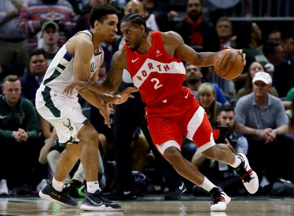 Kawhi Leonard #2 of the Toronto Raptors dribbles the ball while being guarded by Malcolm Brogdon #13 of the Milwaukee Bucks in the fourth quarter during Game Five of the Eastern Conference Finals of the 2019 NBA Playoffs at the Fiserv Forum on May 23, 2019 in Milwaukee, Wisconsin. PHOTO/AFP