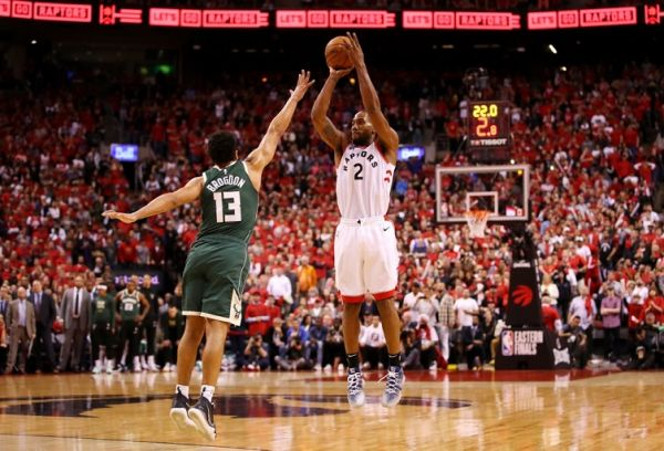 Kawhi Leonard #2 of the Toronto Raptors shoots the ball against Malcolm Brogdon #13 of the Milwaukee Bucks during the second half in game three of the NBA Eastern Conference Finals at Scotiabank Arena on May 19, 2019 in Toronto, Canada. PHOTO/AFP