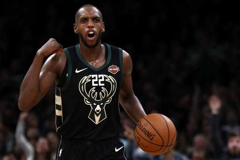 Khris Middleton #22 of the Milwaukee Bucks dribbles against the Boston Celtics during the second half at TD Garden on November 1, 2018 in Boston, Massachusetts.PHOTO/AFP