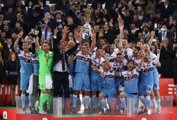 Lazio players celebrate with the trophy during the Italian Tim Cup Final football match SS Lazio v Atalanta award ceremony at the Olimpico Stadium in Rome, Italy on May 15, 2019. PHOTO/ AFP