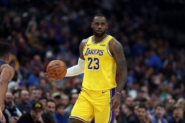 LeBron James #23 of the Los Angeles Lakers dribbles the ball against the Dallas Mavericks in the second quarter at American Airlines Center on November 01, 2019 in Dallas, Texas. PHOTO/ GETTY IMAGES