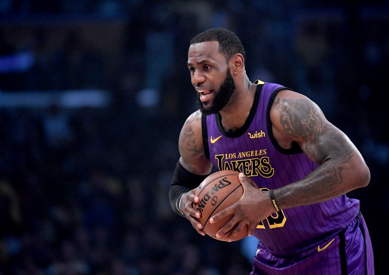 LeBron James of the Los Angeles Lakers palms the ball before the game against the New Orleans Pelicans at Staples Center on December 21, 2018 in Los Angeles, California. PHOTO/AFP