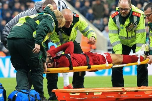 Liverpool's Egyptian midfielder Mohamed Salah reacts as he is placed on a stretcher after injuring himself in a challenge with Newcastle United's Slovakian goalkeeper Martin Dubravka (not pictured) during the English Premier League football match between Newcastle United and Liverpool at St James' Park in Newcastle-upon-Tyne, north east England on May 4, 2019. PHOTO/AFP