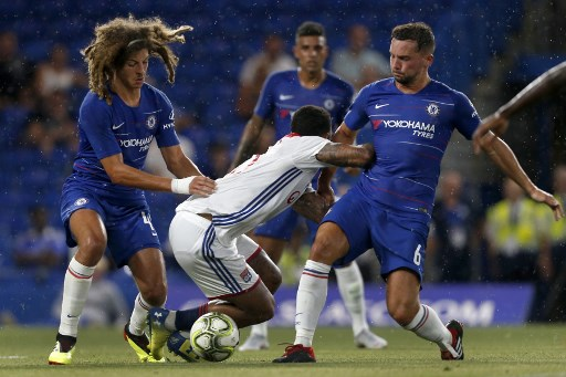 Lyon's Dutch striker Memphis Depay (C) vies with Chelsea's English defender Ethan Ampadu (L) and Chelsea's English midfielder Danny Drinkwater during the International Champions Cup football match between Chelsea and Lyon at Stamford Bridge in London on August 7, 2018. PHOTO/AFP