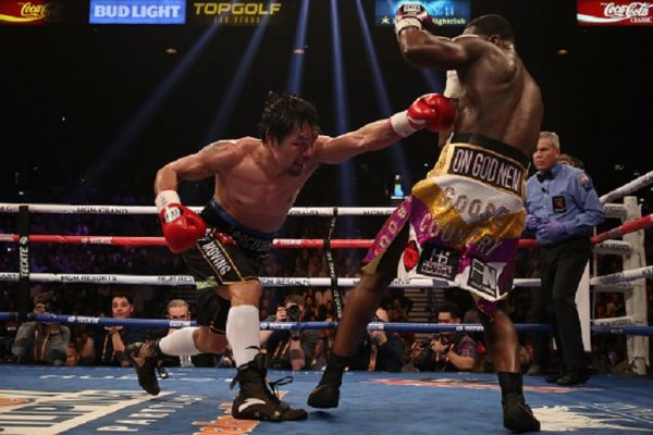Manny Pacquiao (L) throws a left on Adrien Broner during the WBA welterweight championship at MGM Grand Garden Arena on January 19, 2019 in Las Vegas, Nevada.PHOTO/GETTY IMAGES