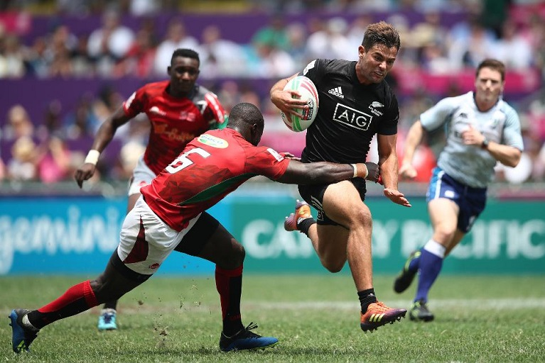 New Zealand's Andrew Knewstubb drives through the Kenya defense on day two of the Cathay Pacific/ HSBC Hong Kong Sevens in Hong Kong on 6 April 2019.PHOTO/HTTPS://WWW.WORLD.RUGBY