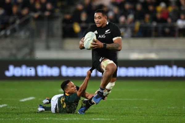 New Zealand's Shannon Frizell (R) is tackled by South Africa's Herschel Jantjies during the Rugby Championship match between New Zealand and South Africa at Westpac Stadium in Wellington on July 27, 2019. PHOTO/ AFP