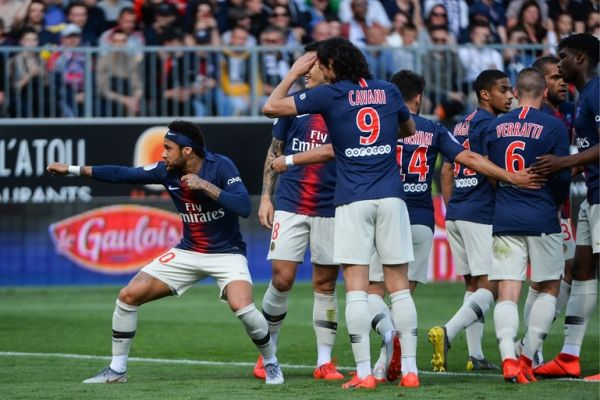 Paris Saint-Germain's Brazilian forward Neymar (L) celebrates with teammates after scoring his team first goal during the French L1 football match between Angers (SCO) and Paris Saint-Germain (PSG), on May 11, 2019, at the Raymond-Kopa Stadium, in Angers. PHOTO/AFP