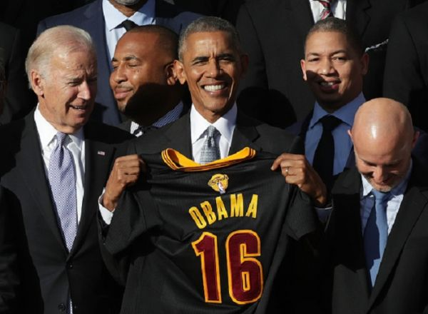 President Barack Obama and Vice President Joseph Biden pose for photos with head coach Tyronn Lue and other members of the Cleveland Cavaliers during a South Lawn event November 10, 2016 at the White House in Washington, DC. President Obama hosted the Cavaliers to honor their 2016 NBA championship.PHOTO/ GETTY IMAGES