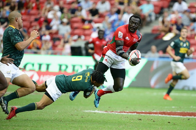 Selvyn Davids of South Africa tackles Collins Injera of Kenya during the 2018 Singapore Sevens Quarter Final match between South Africa and Kenya at National Stadium on April 29, 2018 in Singapore. PHOTO/GETTY IMAGES