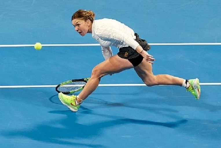 Simona Halep of Romania returns a shot during her match against Elina Svitolina of Ukraine during day five of the Qatar Total Open 2019 at Khalifa International Stadium on February 15, 2019 in Doha, Qatar. PHOTO/GETTY IMAGES