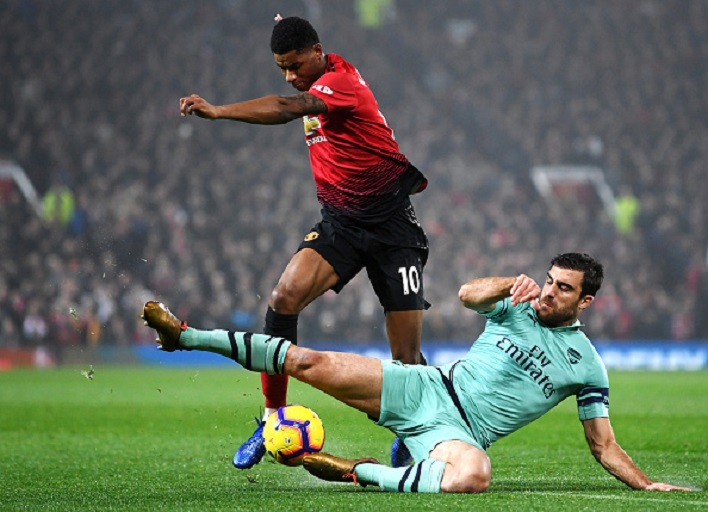 Sokratis Papastathopoulos of Arsenal tackles Marcus Rashford of Manchester United during the Premier League match between Manchester United and Arsenal FC at Old Trafford on December 5, 2018 in Manchester, United Kingdo. PHOTO/GETTY IMAGES