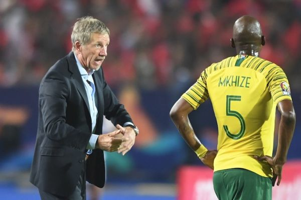 South Africa's coach Stuart Baxter (L) speaks to South Africa's defender Thamsanqa Mkhize during the 2019 Africa Cup of Nations (CAN) Round of 16 football match between Egypt and South Africa at the Cairo International Stadium in the Egyptian Capital. PHOTO/AFP
