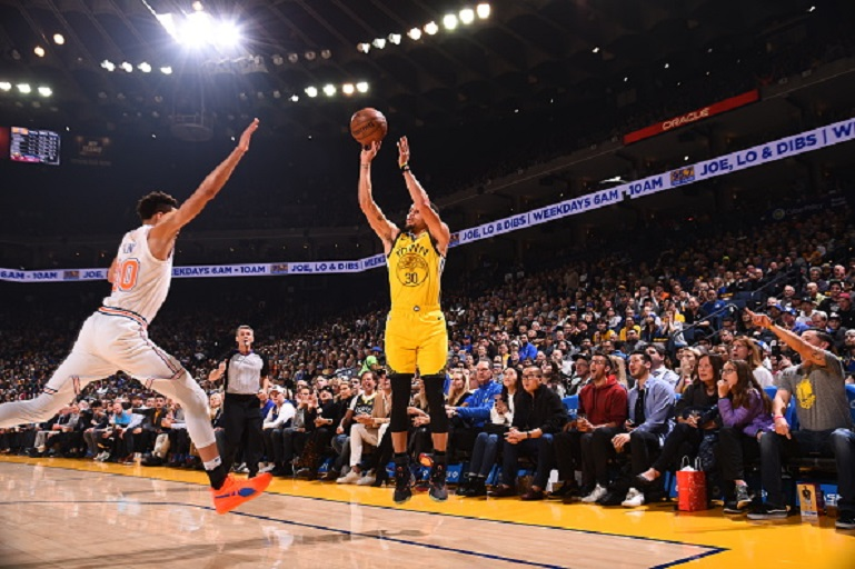 Stephen Curry #30 of the Golden State Warriors shoots the ball against the New York Knicks on January 8, 2019 at ORACLE Arena in Oakland, California. PHOTO/GettyImages