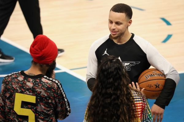 Stephen Curry speaks to Humble The Poet and Lilly Singh courtside during the 68th NBA All-Star Game at Spectrum Center on February 17, 2019 in Charlotte, North Carolina. PHOTO/AFP