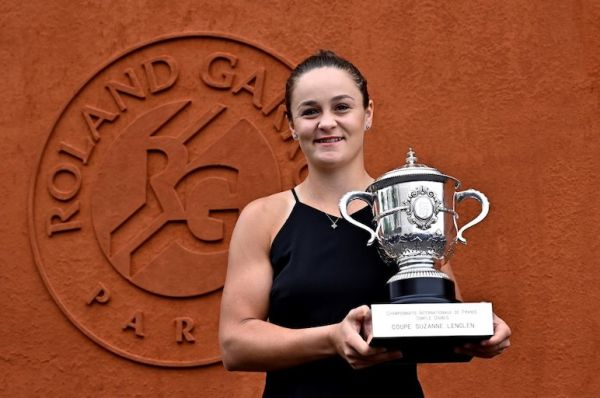 Winner of the women's singles Ashleigh Barty of Australia poses with the trophy during a photocall at the French Open tennis tournament at Roland Garros Stadium in Paris, France on June 09, 2019. PHOTO/AFP